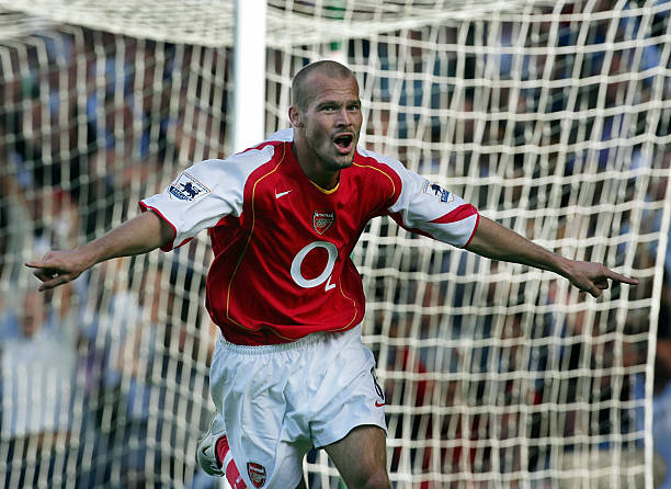 LONDON, UNITED KINGDOM: Arsenals' Swedish midfielder Frederik Ljungberg celebrates his first goal against Fulham during their premier league match at Craven Cottage in west London, 11 September 2004. Arsenal currently leads 3-0. AFP PHOTO / ODD ANDERSEN