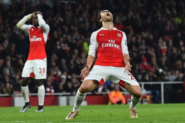 TOPSHOT - Arsenal's Costa Rican striker Joel Campbell (L) and Arsenal's French midfielder Mathieu Flamini react after a missed chance during the English Premier League football match between Arsenal and Chelsea at the Emirates Stadium in London on January 24, 2016. / AFP / BEN STANSALL