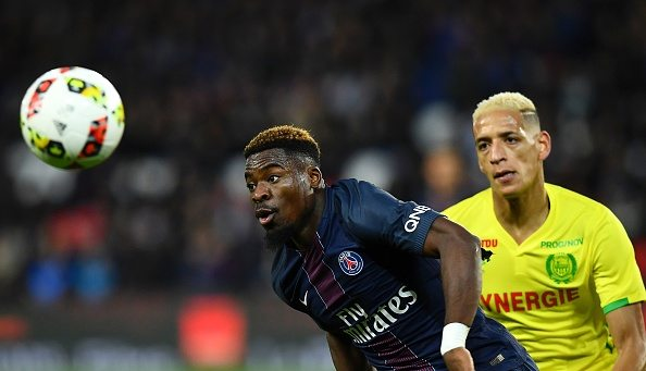 Paris Saint-Germain's Ivorian defender Serge Aurier (L) eyes the ball next to Nantes' French forward Yacine Bammou during the French L1 football match between Paris Saint-Germain (PSG) and Nantes at the Parc des Princes stadium in Paris on November 19, 2016. (Picture source: AFP / Franck Fife / Getty Images)