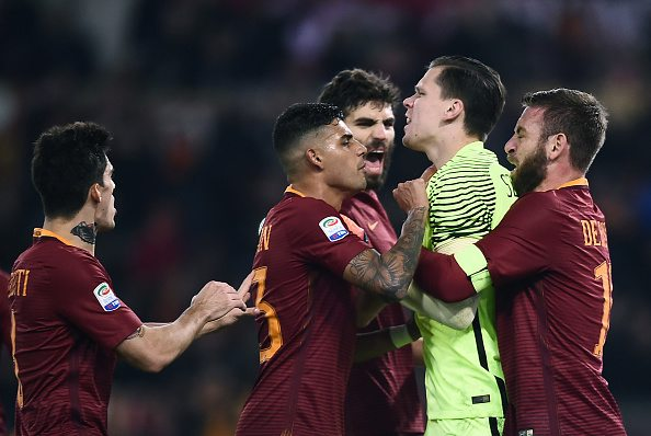 Roma's goalkeeper from Poland Wojciech Szczesny (2R) is congratulayted by teammates after saving a penalty during the Italian Serie A football match Roma vs AC Milan at the Olympic Stadium in Roma on December 12, 2016. / AFP / FILIPPO MONTEFORTE (Photo credit should read FILIPPO MONTEFORTE/AFP/Getty Images)