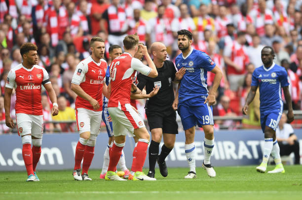 LONDON, ENGLAND - MAY 27: Rob Holding of Arsenal and Diego Costa of Chelsea argue with referee Anthony Taylor during The Emirates FA Cup Final between Arsenal and Chelsea at Wembley Stadium on May 27, 2017 in London, England. (Photo by Laurence Griffiths/Getty Images)