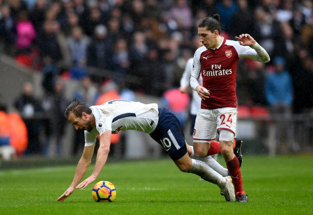LONDON, ENGLAND - FEBRUARY 10: Harry Kane of Tottenham Hotspur is challenged by Hector Bellerin of Arsenal during the Premier League match between Tottenham Hotspur and Arsenal at Wembley Stadium on February 10, 2018 in London, England. (Photo by Laurence Griffiths/Getty Images)