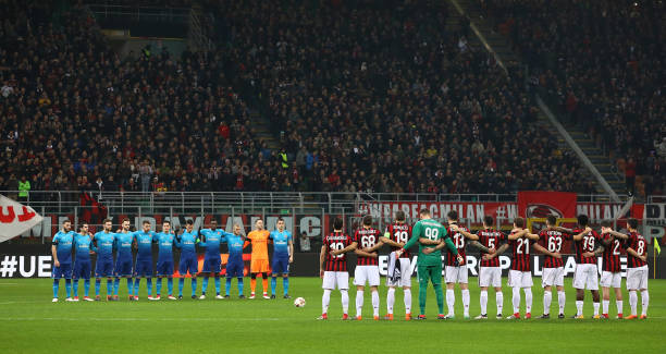 MILAN, ITALY - MARCH 08: Arsenal FC and AC Milan players line up to pay their respects to the late Fiorentina Captain Davide Astori before UEFA Europa League Round of 16 match between AC Milan and Arsenal at the San Siro on March 8, 2018 in Milan, Italy. (Photo by Marco Luzzani/Getty Images)