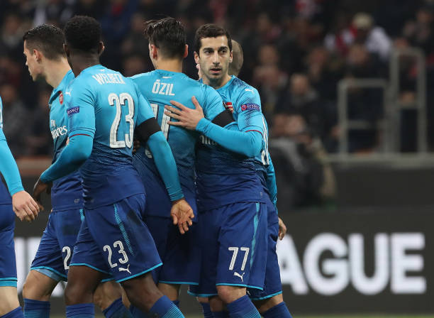 MILAN, ITALY - MARCH 08: Henrikh Mkhitaryan #77 of Arsenal celebrates with his team-mates after scoring the opening goal during UEFA Europa League Round of 16 match between AC Milan and Arsenal at the San Siro on March 8, 2018 in Milan, Italy. (Photo by Marco Luzzani/Getty Images)