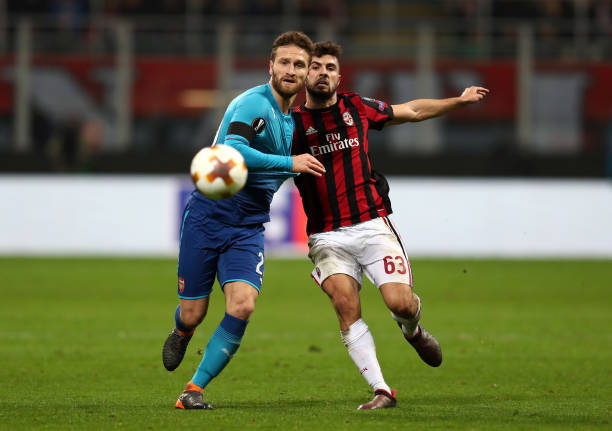 MILAN, ITALY - MARCH 08: Shkodran Mustafi of Arsenal holds off Patrick Cutrone of AC Milan during the UEFA Europa League Round of 16 match between AC Milan and Arsenal at the San Siro on March 8, 2018 in Milan, Italy. (Photo by Catherine Ivill/Getty Images)