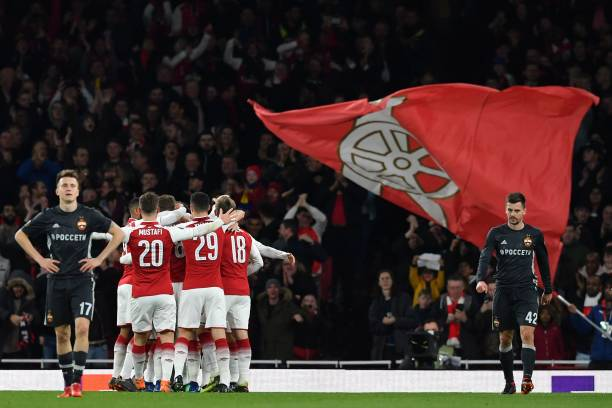 Arsenal players celebrate Ramsey's early goal during the UEFA Europa League first leg quarter-final football match between Arsenal and CSKA Moscow at the Emirates Stadium in London on April 5, 2018. / AFP PHOTO / Ben STANSALL