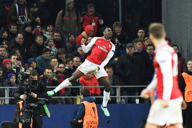 Arsenal's English striker Danny Welbeck (L) celebrates a goal with his teammates during the UEFA Europa League second leg quarter-final football match between CSKA Moscow and Arsenal at the VEB Arena stadium in Moscow on April 12, 2018. / AFP PHOTO / Kirill KUDRYAVTSEV