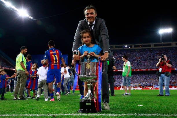 MADRID, SPAIN - MAY 27: Head coach Luis Enrique Martinez of FC Barcelona poses with his daughte for a picture with the King's Cup after winning the Copa Del Rey Final between FC Barcelona and Deportivo Alaves at Vicente Calderon Stadium on May 27, 2017 in Madrid, Spain. (Photo by Gonzalo Arroyo Moreno/Getty Images)