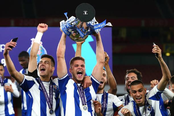 LONDON, ENGLAND - MAY 08: Porto U23 celebrate winning the Premier League International Trophy between Arsenal U23 and Porto U23 at Emirates Stadium on May 8, 2018 in London, England. (Photo by Jack Thomas/Getty Images)