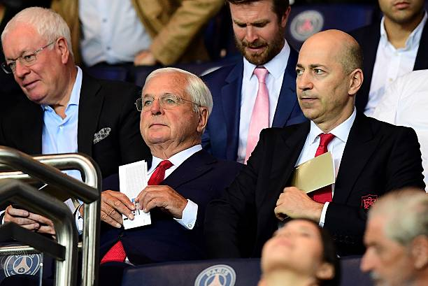 Arsenal's chairman Sir Chips Keswick (L) and chief executive officer Ivan Gazidis attend the UEFA Champions League Group A football match between Paris-Saint-Germain vs Arsenal FC, on September 13, 2016 at the Parc des Princes stadium in Paris. / AFP / FRANCK FIFE