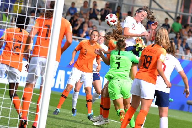 England's defender Anna Patten vies with Netherlands' goalkeeper Lize Kop during the Women's World Cup U20 quarter final football match between England and Netherlands on August 17, 2018, at the La Rabine Stadium in Vannes, western France. (Photo by LOIC VENANCE / AFP)
