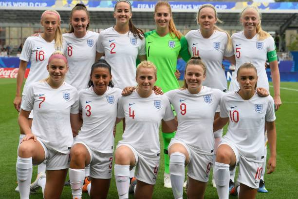England's team poses during the Women's U20 World Cup semi-final football match between England and Japan in La Rabine stadium in Vannes, western France on August 20, 2018. (Photo by FRED TANNEAU / AFP)