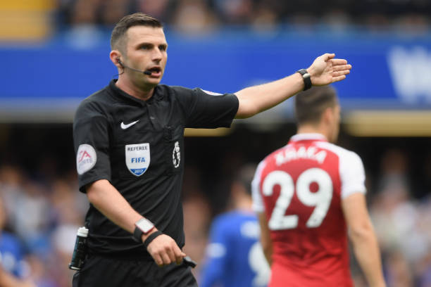 LONDON, ENGLAND - SEPTEMBER 17: Referee Michael Oliver gestures during the Premier League match between Chelsea and Arsenal at Stamford Bridge on September 17, 2017 in London, England. (Photo by Mike Hewitt/Getty Images)