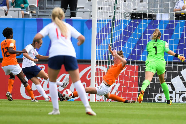 England's midfielder Georgia Stanway (2nd L) shoots and scores a goal during the Women's World Cup U20 quarter final football match between England and Netherlands on August 17, 2018, at the La Rabine Stadium in Vannes, western France. (Photo by LOIC VENANCE / AFP)