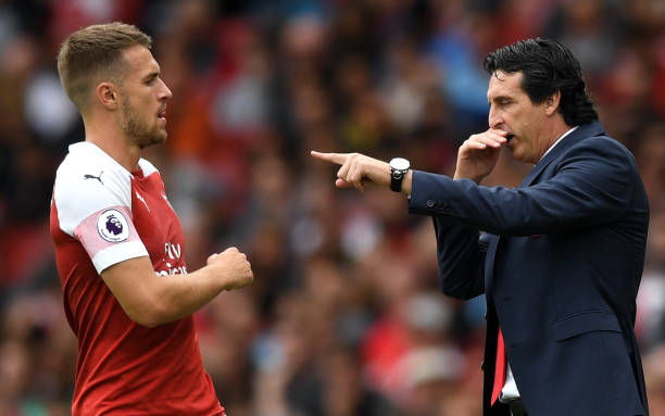 LONDON, ENGLAND - AUGUST 12: Unai Emery, Manager of Arsenal gives instructions to Aaron Ramsey of Arsenal during the Premier League match between Arsenal FC and Manchester City at Emirates Stadium on August 12, 2018 in London, United Kingdom. (Photo by Shaun Botterill/Getty Images)