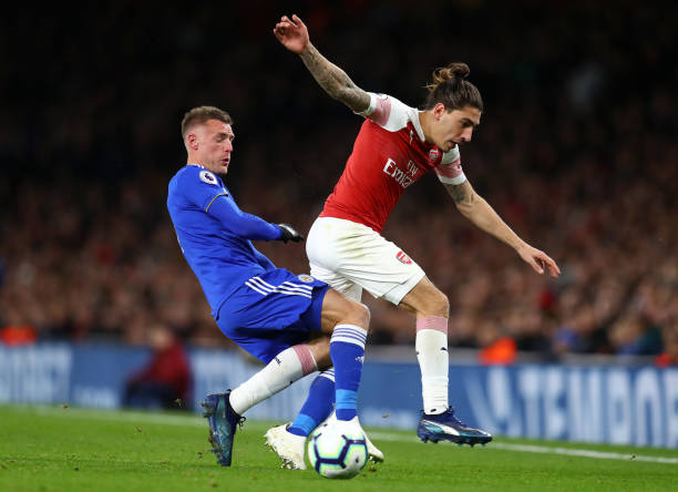 LONDON, ENGLAND - OCTOBER 22: Jamie Vardy of Leicester City battles for possession with Hector Bellerin of Arsenal during the Premier League match between Arsenal FC and Leicester City at Emirates Stadium on October 22, 2018 in London, United Kingdom. (Photo by Clive Rose/Getty Images)