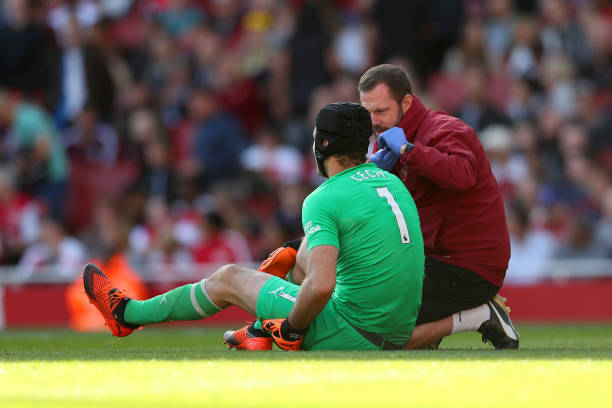 LONDON, ENGLAND - SEPTEMBER 29: goalkeeper Petr Cech of Arsenal receives treatment prior to being substitued for an injury during the Premier League match between Arsenal FC and Watford FC at Emirates Stadium on September 29, 2018 in London, United Kingdom. (Photo by Catherine Ivill/Getty Images)