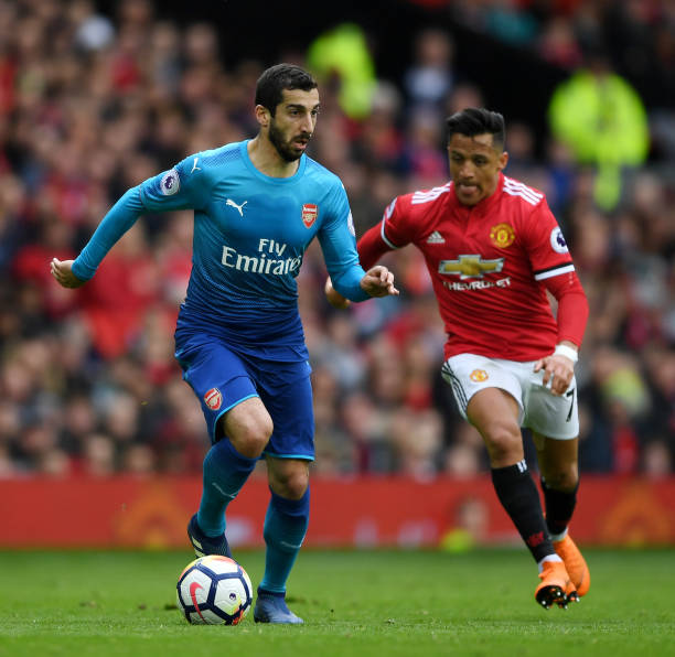 MANCHESTER, ENGLAND - APRIL 29:  Henrikh Mkhitaryan of Arsenal is closed down by Alexis Sanchez of Manchester United during the Premier League match between Manchester United and Arsenal at Old Trafford on April 29, 2018 in Manchester, England.  (Photo by Shaun Botterill/Getty Images)