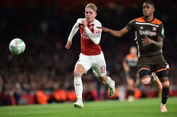 Arsenal's English midfielder Emile Smith Rowe (L) is chsed by Brentford's English defender Ezri Konsa during the English League Cup third round football match between Arsenal and Brentford at the Emirates Stadium in London on September 26, 2018. (Photo by Glyn KIRK / AFP)