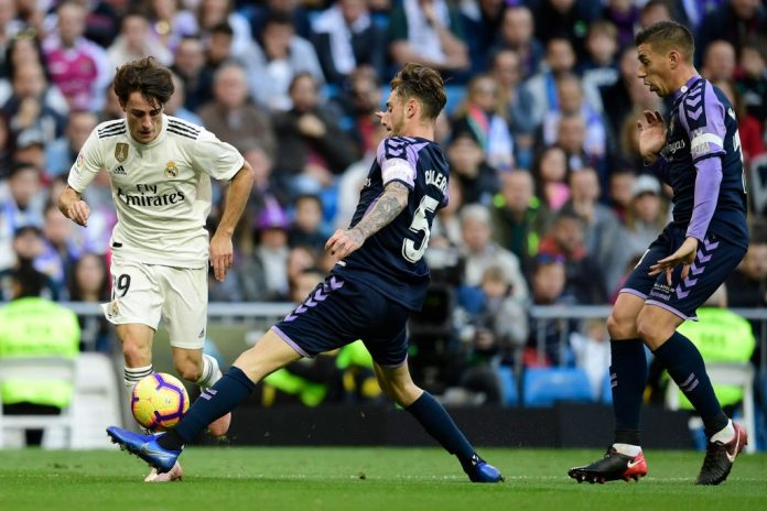 Real Madrid's Spanish defender Alvaro Odriozola (L) vies with Real Valladolid's Spanish defender Fernando Calero during the Spanish league football match between Real Madrid CF and Real Valladolid FC at the Santiago Bernabeu stadium in Madrid on November 3, 2018. (Photo by JAVIER SORIANO / AFP / Getty Images)