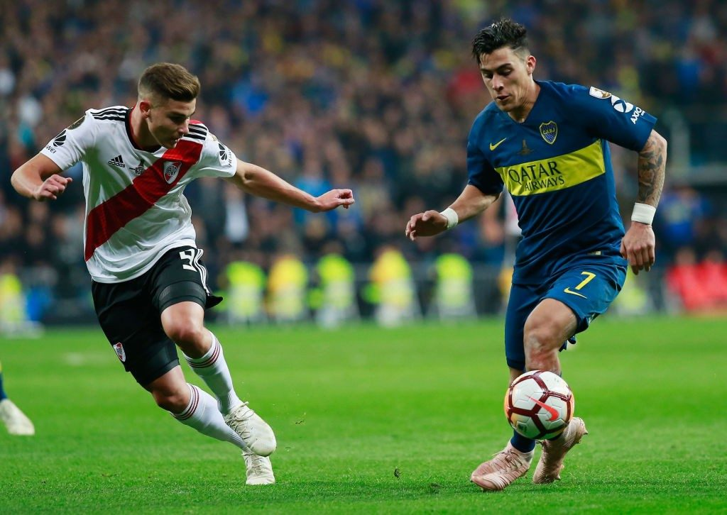MADRID, SPAIN - DECEMBER 09: Cristian Pavon of Boca Juniors runs with the ball under pressure from Julian Alvarez of River Plate during the second leg of the final match of Copa CONMEBOL Libertadores 2018 between Boca Juniors and River Plate at Estadio Santiago Bernabeu on December 9, 2018 in Madrid, Spain. Due to the violent episodes of November 24th at River Plate stadium, CONMEBOL rescheduled the game and moved it out of Americas for the first time in history. (Photo by Gonzalo Arroyo Moreno/Getty Images)