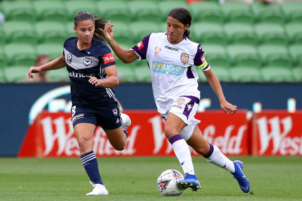 MELBOURNE, AUSTRALIA - DECEMBER 28: Samantha Kerr of the Glory controls the ball under defduring the round nine W-League match between the Melbourne Victory and the Perth Glory at AAMI Park on December 28, 2018 in Melbourne, Australia. (Photo by Kelly Defina/Getty Images)