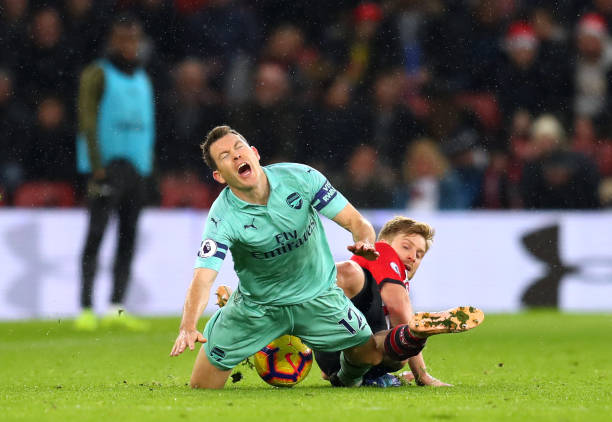 SOUTHAMPTON, ENGLAND - DECEMBER 16: Stephan Lichtsteiner of Arsenal is tackled by Stuart Armstrong of Southampton during the Premier League match between Southampton FC and Arsenal FC at St Mary's Stadium on December 16, 2018 in Southampton, United Kingdom.  (Photo by Catherine Ivill/Getty Images)