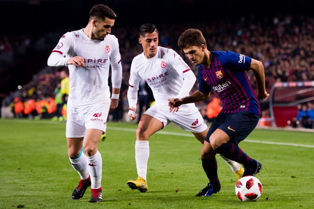 BARCELONA, SPAIN - DECEMBER 05: Denis Suarez of FC Barcelona controls the ball under pressure from Jose Alonso (L) and Hugo Rodriguez (C) of Cultural Leonesa during the Copa del Rey fourth round second leg match between FC Barcelona and Cultural Leonesa at Camp Nou on December 05, 2018 in Barcelona, Spain. (Photo by Alex Caparros/Getty Images)