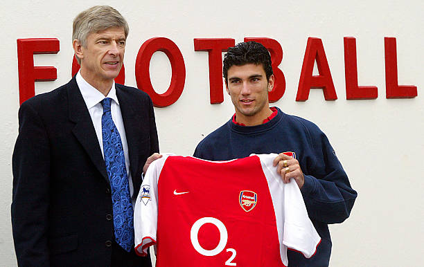 LONDON, UNITED KINGDOM: Arsenal's manager Arsene Wenger (L) poses with newly signed Jose Antonio Reyes (R) at the Arsenal training centre in London 30 January 2004. The 20-year-old striker, who joined from Seville in a deal totalling 17 million pounds (30 million dollars), may have to wait for his English debut as Arsenal are waiting to hear if the international clearance given to Reyes by the Spanish FA will include the fact he is subject to a one-match club suspension. AFP PHOTO Nicolas ASFOURI