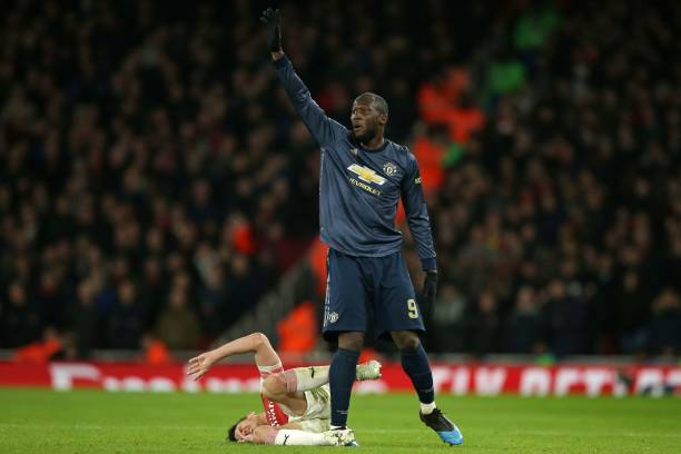 Manchester United's Belgian striker Romelu Lukaku (R) gestures to the medical staff after a clash with Arsenal's French defender Laurent Koscielny (L) leaves the latter in pain during the English FA Cup fourth round football match between Arsenal and Manchester United at the Emirates Stadium in London on January 25, 2019. (Photo by Daniel LEAL-OLIVAS / AFP)