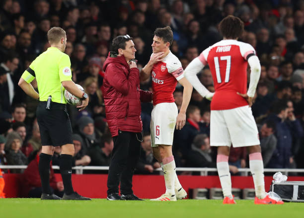 LONDON, ENGLAND - JANUARY 25: Laurent Koscielny of Arsenal is given treatment during the FA Cup Fourth Round match between Arsenal and Manchester United at Emirates Stadium on January 25, 2019 in London, United Kingdom. (Photo by Catherine Ivill/Getty Images)
