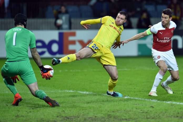 Arsenal's Czech goalkeeper Petr Cech, BATE Borisov's Serbian forward Nemanja Milic and Arsenal's French defender Laurent Koscielny in action during the UEFA Europa League round of 32 first leg football match between FC BATE Borisov and Arsenal FC in Borisov outside Minsk on February 14, 2019. (Photo by Sergei GAPON / AFP / Getty Images)