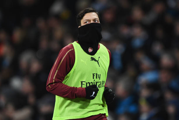 MANCHESTER, ENGLAND - FEBRUARY 03: Substitute Mesut Ozil of Arsenal warms up during the Premier League match between Manchester City and Arsenal FC at Etihad Stadium on February 3, 2019 in Manchester, United Kingdom. (Photo by Stu Forster/Getty Images)