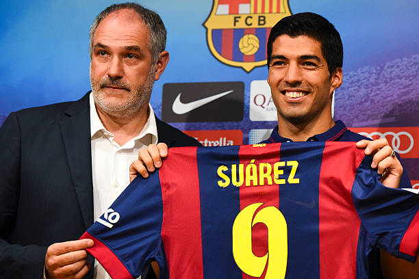 BARCELONA, SPAIN - AUGUST 19: (L-R) FC Barcelona Sport Director Andoni Zubizarreta and Luis Suarez of FC Barcelona pose for the media during a press conference as part of his presentation as new FC Barcelona player at Camp Nou on August 19, 2014 in Barcelona, Spain. (Photo by David Ramos/Getty Images)
