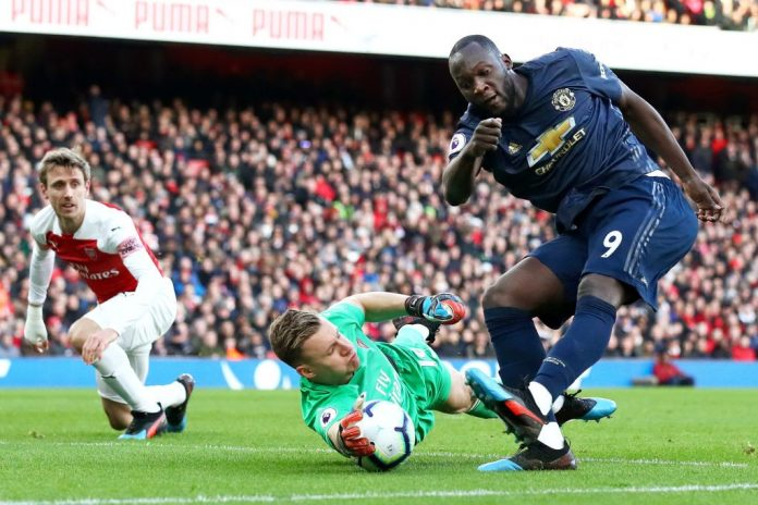 LONDON, ENGLAND - MARCH 10: Bernd Leno of Arsenal reaches for the ball as Romelu Lukaku of Manchester United shoots during the Premier League match between Arsenal FC and Manchester United at Emirates Stadium on March 10, 2019 in London, United Kingdom. (Photo by Julian Finney/Getty Images)