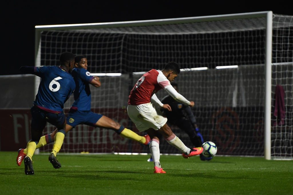 BOREHAMWOOD, ENGLAND - MARCH 29: Tyreece John-Jules scores his team's first goal during the Premier League 2 match between Arsenal and West Ham United at Meadow Park on March 29, 2019 in Borehamwood, England. (Photo by Harriet Lander/Getty Images)