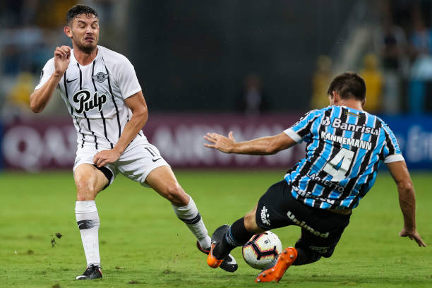 PORTO ALEGRE, BRAZIL - MARCH 12: Walter Kannemann (R) of Gremio struggles for the ball with Adrian Emmanuel Martinez of Libertad during a match between Gremio and Libertad, as part of Copa CONMEBOL Libertadores 2019 at Arena do Gremio on March 12, 2019 in Porto Alegre, Brazil. (Photo by Buda Mendes/Getty Images)