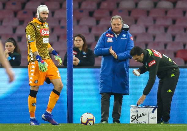 Napoli's Colombian goalkeeper David Ospina (L) resumes playing after being injured during the Italian Serie A football match Napoli vs Udinese at the San Paolo stadium in Naples. (Photo by Carlo Hermann / AFP)