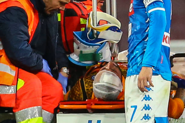 Napoli's Colombian goalkeeper David Ospina (C) is evacuated after sustaining a head injury during the Italian Serie A football match Napoli vs Udinese at the San Paolo stadium in Naples. (Photo by Carlo Hermann / AFP)