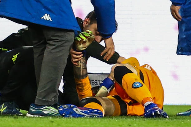 A medic tends to Napoli's Colombian goalkeeper David Ospina (Bottom) who lost consciousness after sustaining a head injury during the Italian Serie A football match Napoli vs Udinese at the San Paolo stadium in Naples. (Photo by Carlo Hermann / AFP)