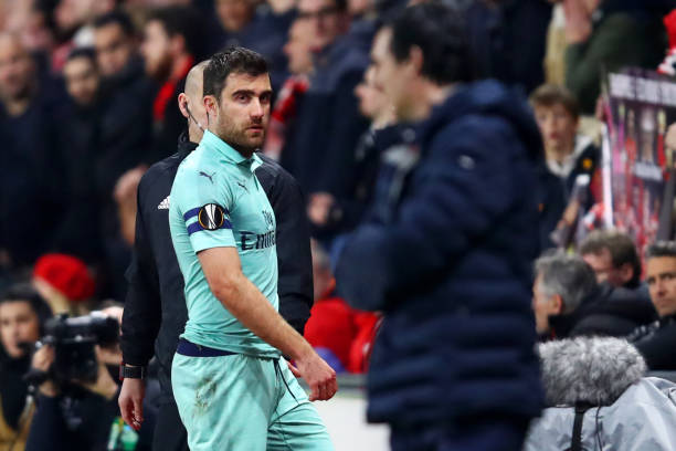 RENNES, FRANCE - MARCH 07: Sokratis Papastathopoulos of Arsenal looks towards his manager Unai Emery as he leaves the pitch after receiving a red card during the UEFA Europa League Round of 16 First Leg match between Stade Rennais and Arsenal at Roazhon Park on March 07, 2019 in Rennes, France. (Photo by Julian Finney/Getty Images)
