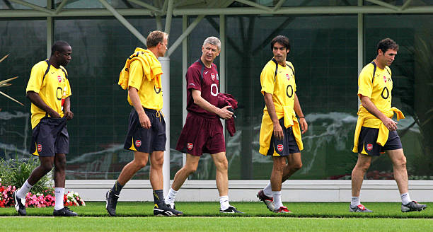 London, UNITED KINGDOM: The Arsenal team, from left, Kolo Toure, Dennis Bergkamp, manager Arsene Wenger, Robert Pires and former player Martin Keown walk to practice at Arsenal's training grounds at London Colney 05 September 2005. AFP PHOTO/ CARL DE SOUZA