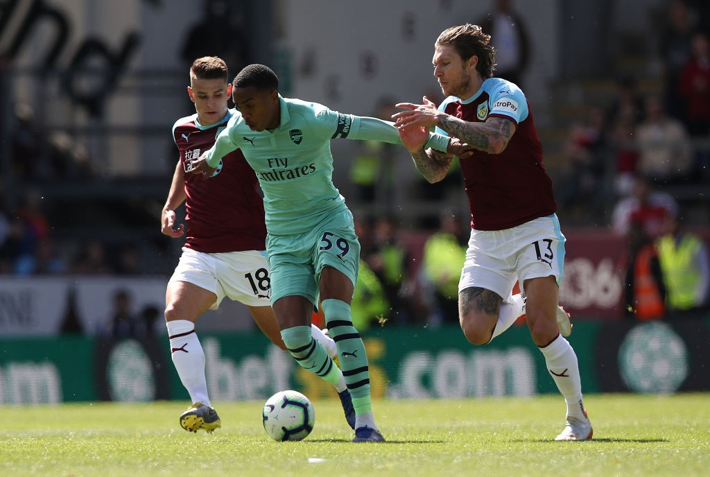 BURNLEY, ENGLAND - MAY 12: Joe Willock of Arsenal vies with Jeff Hendrick of Burnley during the Premier League match between Burnley FC and Arsenal FC at Turf Moor on May 12, 2019 in Burnley, United Kingdom. (Photo by Ian MacNicol/Getty Images)