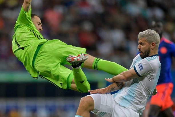 TOPSHOT - Colombia's goalkeeper David Ospina (L) collides with Argentina's Sergio Aguero during their Copa America football tournament group match at the Fonte Nova Arena in Salvador, Brazil, on June 15, 2019. (Photo by Raul ARBOLEDA / AFP)
