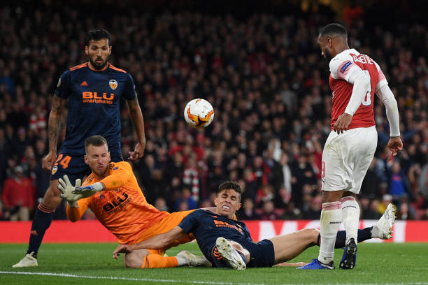 LONDON, ENGLAND - MAY 02: Alexandre Lacazette of Arsenal has his shot blocked by Norberto Murara Neto and Gabriel Paulista of Valencia during the UEFA Europa League Semi Final First Leg match between Arsenal and Valencia at Emirates Stadium on May 02, 2019 in London, England. (Photo by Shaun Botterill/Getty Images)