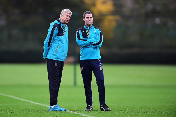 ST ALBANS, ENGLAND - DECEMBER 08: Arsene Wenger, manager of Arsenal talks to Shad Forsythe, Head of Performance during an Arsenal training session ahead of the UEFA Champions League match against Olympiacos at London Colney on December 8, 2015 in St Albans, England. (Photo by Dan Mullan/Getty Images)