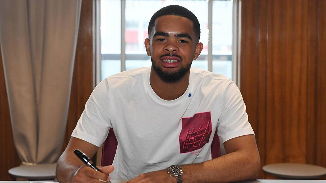 Trae Coyle signs his new deal (Photo via Arsenal.com)