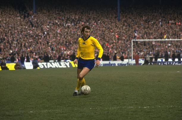 1970: Alan Hudson of Arsenal about to pass the ball in a league match. Credit: Allsport UK /Allsport