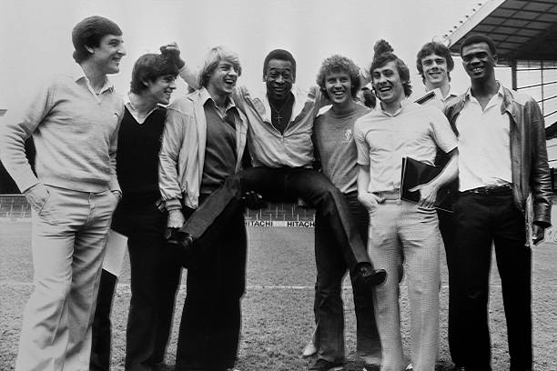 Photo taken on May 1, 1981 in London shows Brazilian football player Pelé (C) posing at Highbury stadium with the Arsenal players (from L to R) Brian Talbot, Brian McDermott, John Devine, Graham Rix, Kenny Sansom, David O'Leary and Paul Davis. / AFP PHOTO / -