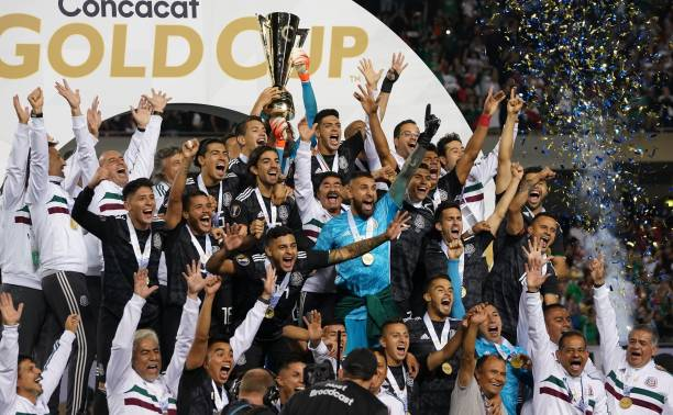 Mexico players celebrate with the Gold Cup after beating the US during the 2019 Concacaf Gold Cup final football match between USA and Mexico on July 7, 2019 at Soldier Field stadium in Chicago, Illinois. - Mexico defeated the US 1-0 (Photo by TIMOTHY A. CLARY / AFP)